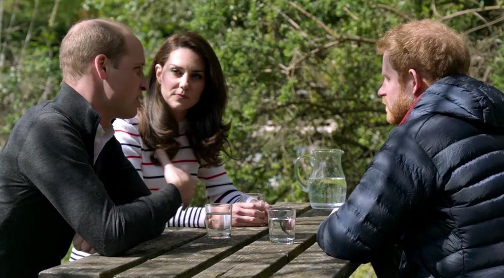 Prinz Harry, Prinz William und Herzogin Kate plaudern im Garten