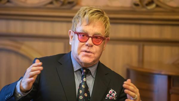 Sir Elton John versucht als gutes Beispiel voranzugehen