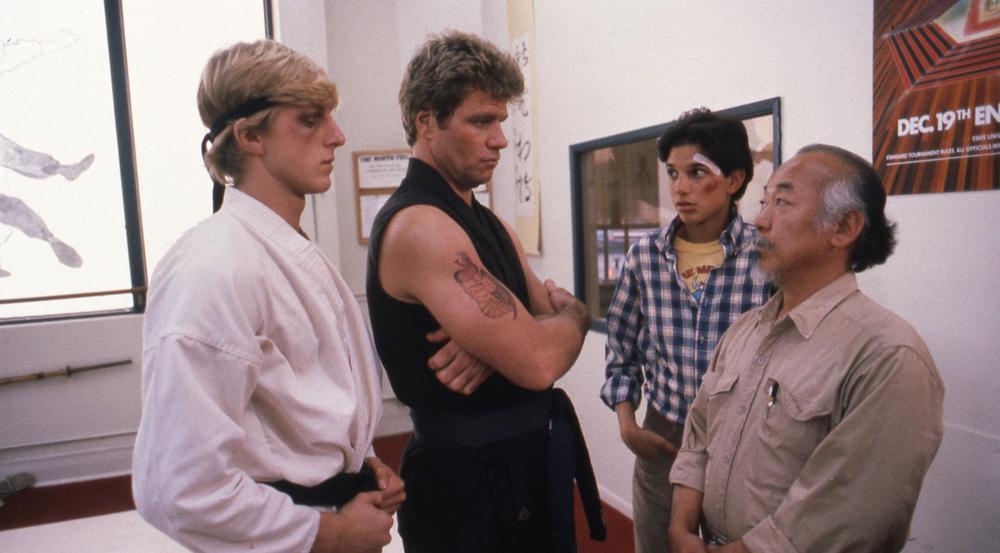 William Zabka (links) und Ralph Macchio (2. von rechts) sind im Serien-Sequel mit dabei