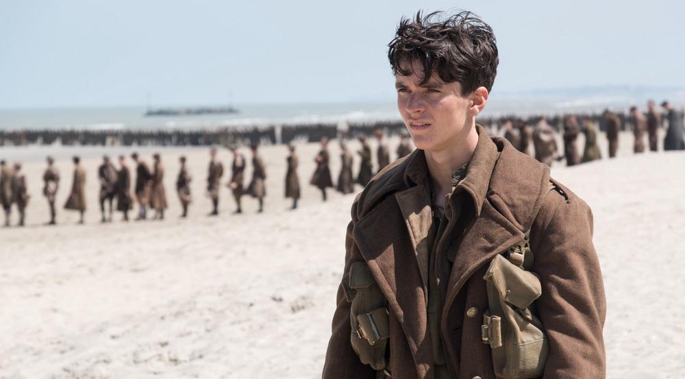 Fionn Whitehead wartet als wortkarger und blutjunger Soldat an der französischen Küste auf Rettung