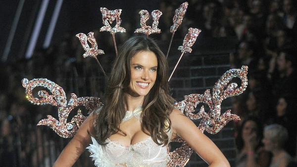 """Ihr """"Victoria's Secret""""-Debüt gab Alessandra Ambrosio im Jahr 2001 - hier im Jahr 2015"""