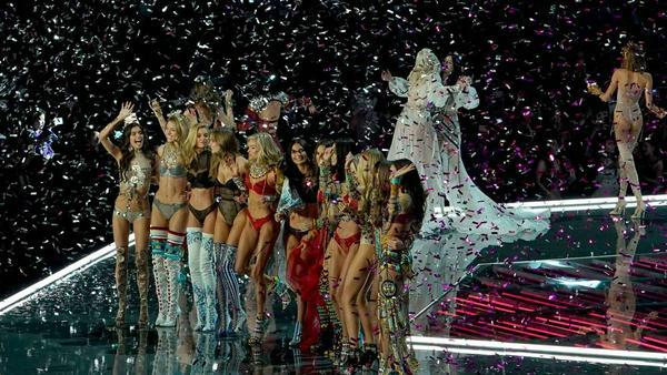 """Die Models freuen sich über die erfolgreiche """"Victoria's Secret""""-Show"""