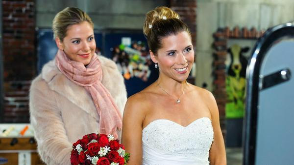 """""""Alles was zählt"""": Marie (Cheyenne Pahde, l.) freut sich mit Diana (Tanja Szewczenko), die voller Vorfreude ihrer Hochzeit entgegen sieht."""