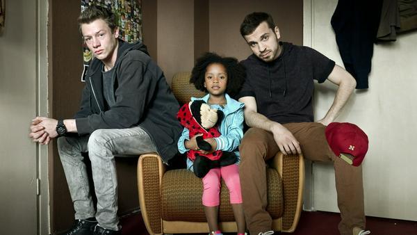 "Kai (Vincent Krüger, v.l.), Lara (Nomie Lane Tucker) und Thomas (Edin Hasanovic) in ""Familie Braun"""