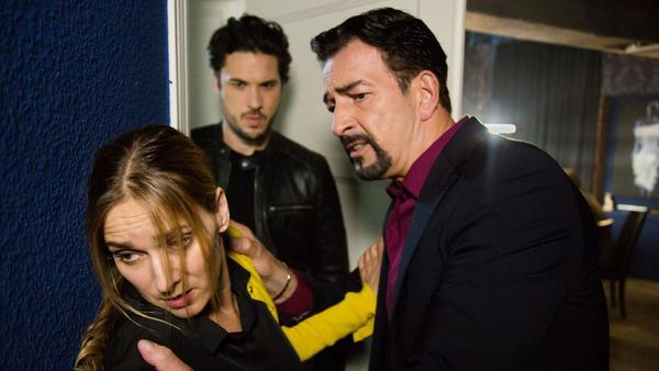 """""""Unter uns"""": Andrea wird von ihrem Kreditgeber Freyer (r.) bedroht, als plötzlich Jakob im Casino auftaucht"""