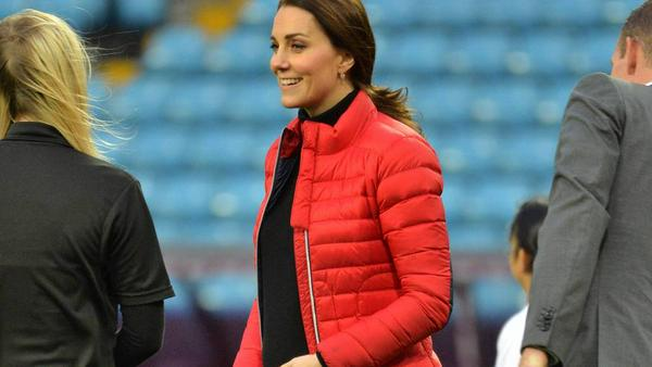 Herzogin Kate im Stadion des Fußballclubs Aston Villa im englischen Birmingham