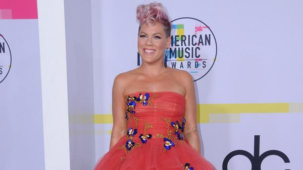 Im farbenfrohen Look zeigte sich Pink auch bei den American Music Awards 2017