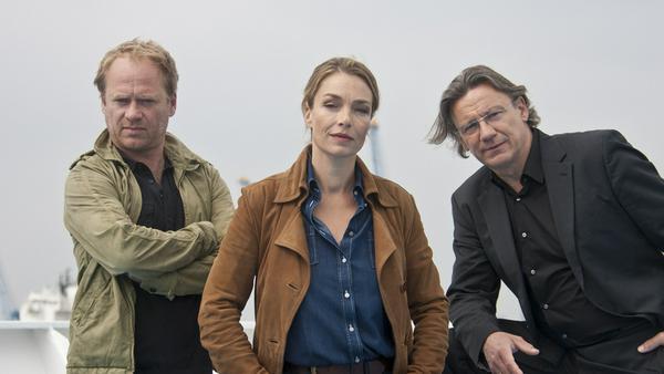 """""""Einsatz in Hamburg: Mord an Bord"""": Jenny Berlin (Aglaia Szyszkowitz, M.), Hans Wolfer (Hannes Hellmann, r.) und Volker Brehm (Rainer Strecker, l.) ermitteln auf hoher See"""