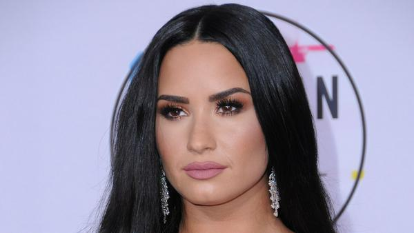 Lady in Black: Demi Lovato auf dem roten Teppich der American Music Awards 2017