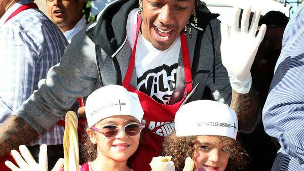 Nick Cannon mit den Zwillingen Moroccan und Monroe beim Thanksgiving-Essen für Obdachlose in Los Angeles