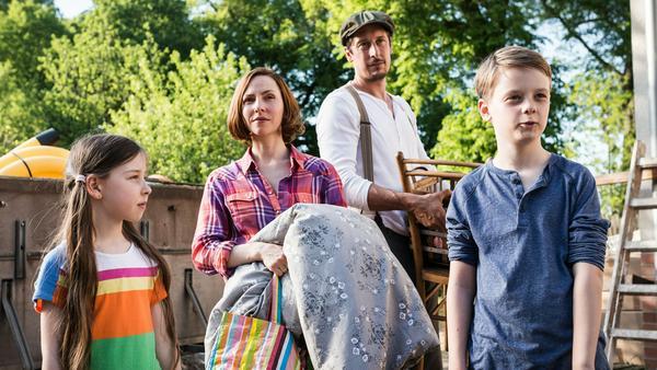 """""""Hausbau mit Hindernissen"""": Die Seewalds - Vater Martin (Hans Löw), Mutter Karla (Katharina Schüttler), Sohn Mats (Arne Wichert) und Tochter Finja (Lili Ray) - ziehen aufs Land"""