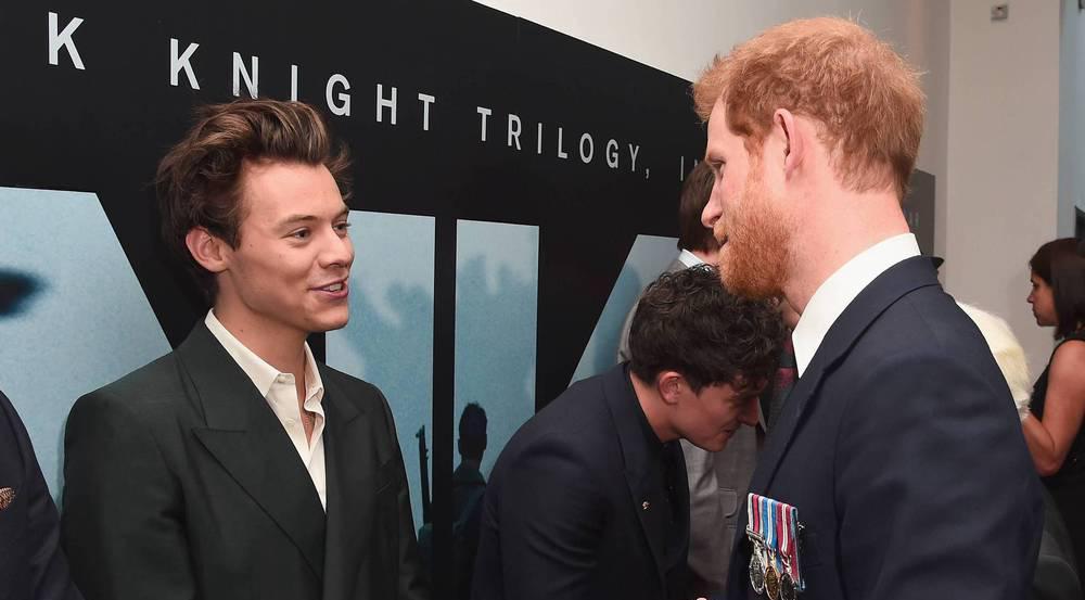 Harry Styles (l.) trifft bei der
