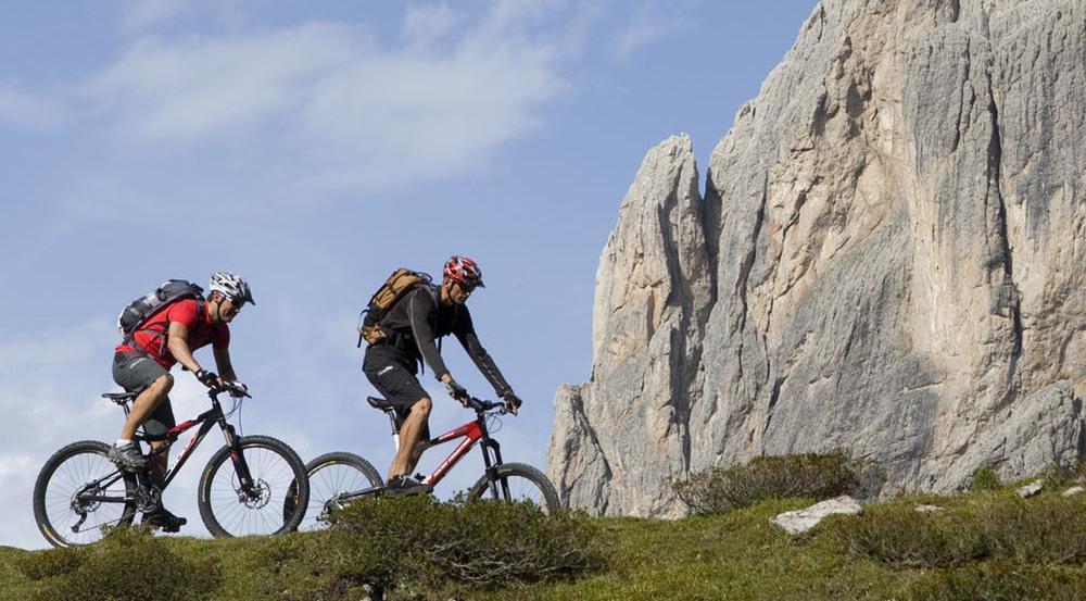 Biker unterwegs vor den Felsen des Vaude