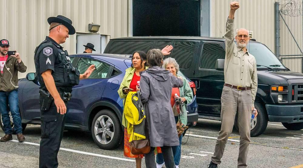 James Cromwell vor dem Gefängnis