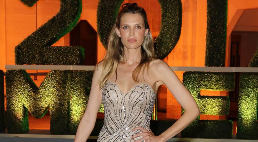 Schauspielerin Sara Foster glänzte am Champions Dinner in Wimbledon in einer funkelnden Abendrobe mit Paillettenbesatz