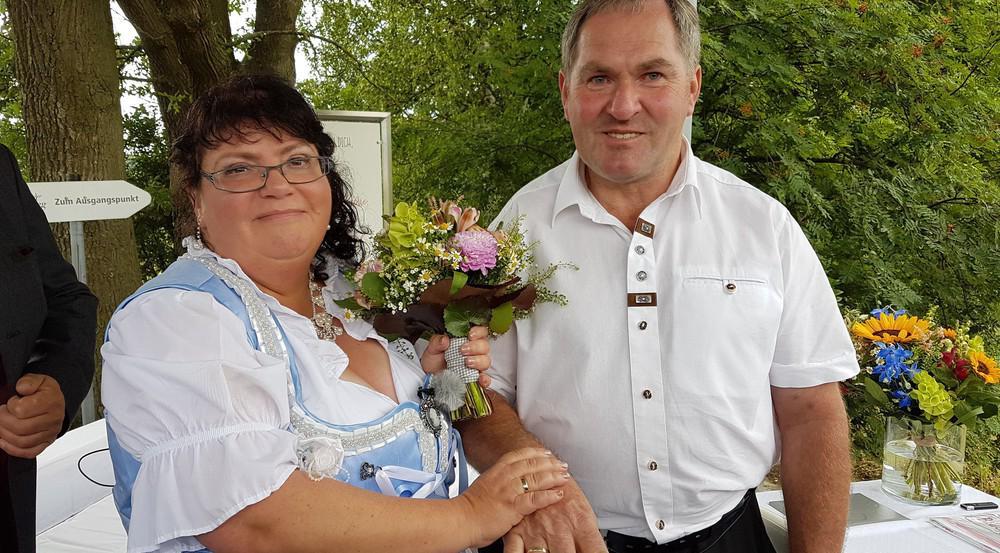 Zeigen stolz ihre Eheringe: Bauer Albert und seine Frau Sabine