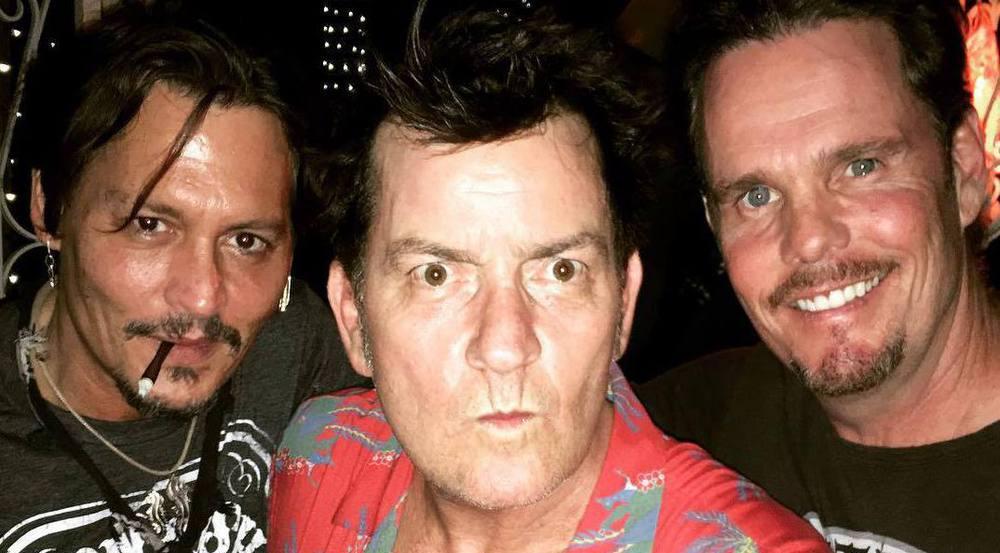 Johnny Depp (v.l.), Charlie Sheen und Kevin Dillon feiern 30 Jahre