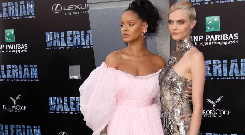 Rihanna (l.) in Rosa, Cara Delevingne im abgespacten Metallkleid