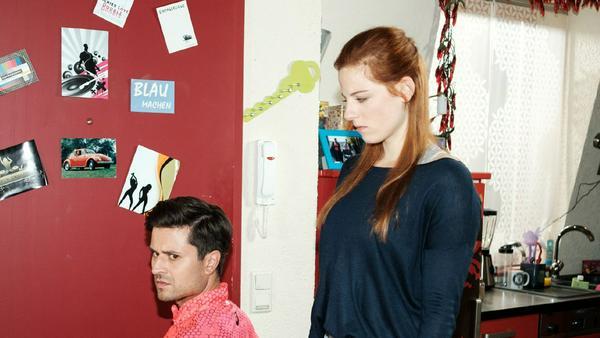 """""""Unter uns"""": Paco wird nachdenklich, als Elli ihm ihre Beweggründe für ihr Handeln erklärt"""