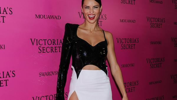 """Adriana Lima feierte bei der """"Victoria's Secret""""-Aftershow-Party in diesem Kleid mit sexy Beinschlitz"""