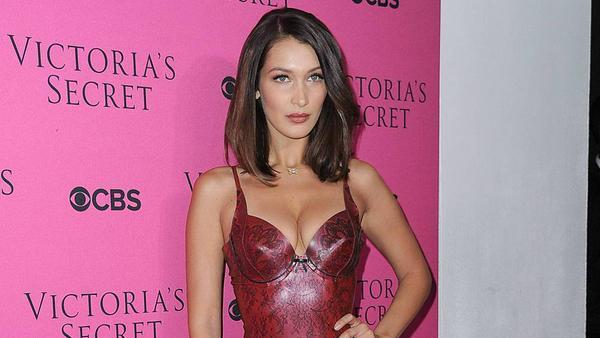 """Bella Hadid kann es tragen: im roten Latex-Kleid bei der """"Victoria's Secret Viewing Party"""""""