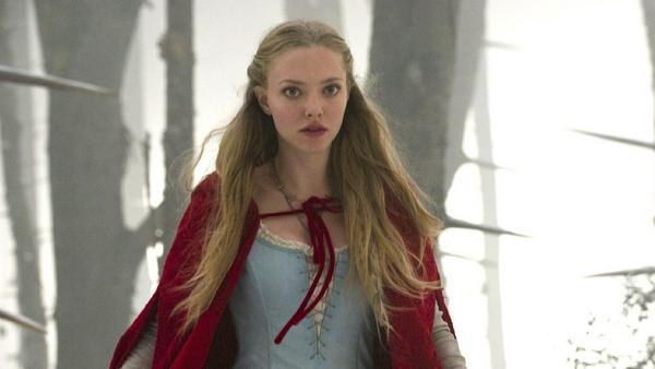 """""""Red Riding Hood - Unter dem Wolfsmond"""": Valerie (Amanda Seyfried) läuft durch den Wald, auf der Suche nach der Wahrheit. Wer ist der Werwolf?"""