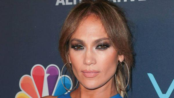 J.Lo setzt bei glamourösen Events regelmäßig auf Smokey Eyes: so wie hier in trendy Braun-Nuancen statt klassischem Schwarz.