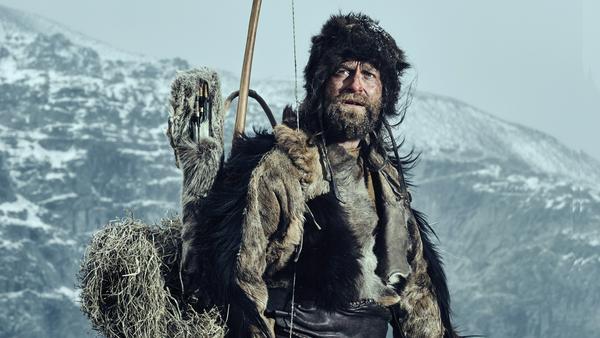 In dicker Fellmontur strotz Jürgen Vogel als Steinzeitmensch der Kälte im Hochgebirge.