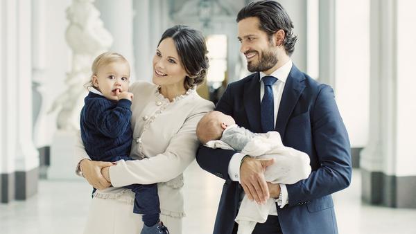 Prinzessin Sofia hat den Erstgeborenen, Prinz Alexander, im Arm und Prinz Carl Philip den Täufling Prinz Gabriel
