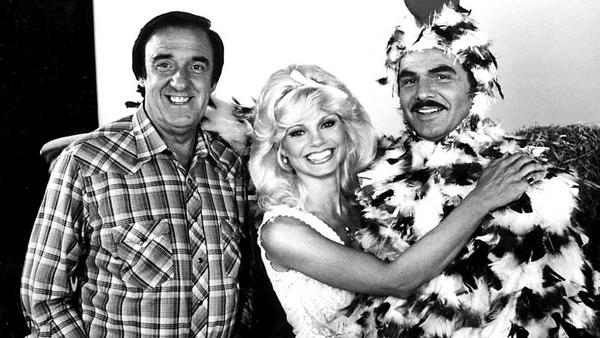 """Jim Nabors (l.) ist gestorben; bekannt wurde er unter anderem mit Filmen wie """"Der rasende Gockel (Stroker Ace)"""" in denen er mit Loni Anderson und Burt Reynolds zu sehen war"""