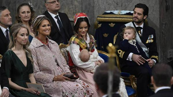Prinzessin Sofia hält den frisch getauften Prinz Gabriel im Arm