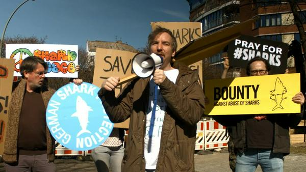 Hollywood-Aktivist Olli Schulz demonstriert für das Wohl der Haie