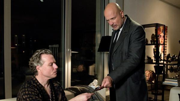 """""""Der Kriminalist: Esthers Geheimnis"""": Rainer Lefeber (Dirk Borchardt, l.) gerät in den Fokus von Schumanns (Christian Berkel) Ermittlungen"""