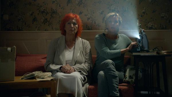 Fanny (Zazie de Paris, links) und Anna Jannecke (Margarita Broich) erleben unerklärliche Dinge
