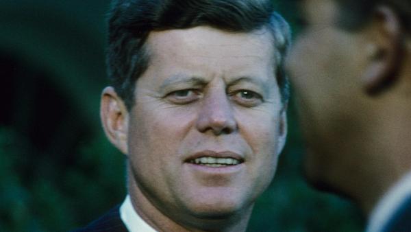 John F. Kennedy verlor sein Leben mit nur 46 Jahren. Doch durch wessen Hände?