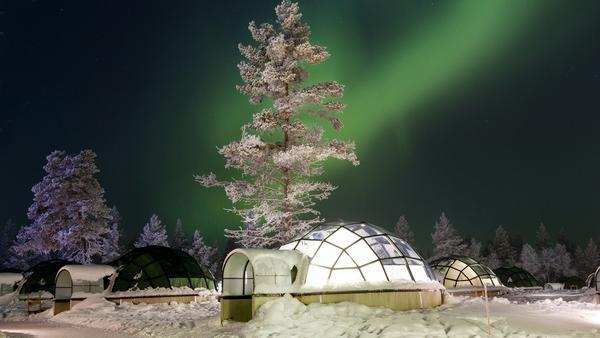 Die Polarlichter vom kuscheligen Bett aus beobachten: In Kakslauttanen ist das möglich