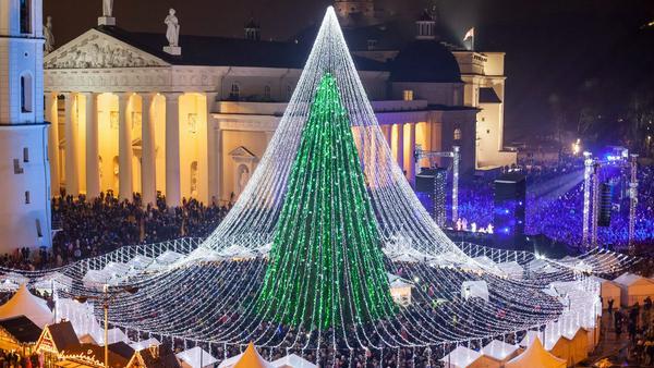 50.000 Glühbirnen bringen den Weihnachtsbaum auf dem Kathedralenplatz in Vilnius zum Leuchten. Aber nicht nur mit weihnachtlichem Glanz lockt die litauische Hauptstadt...