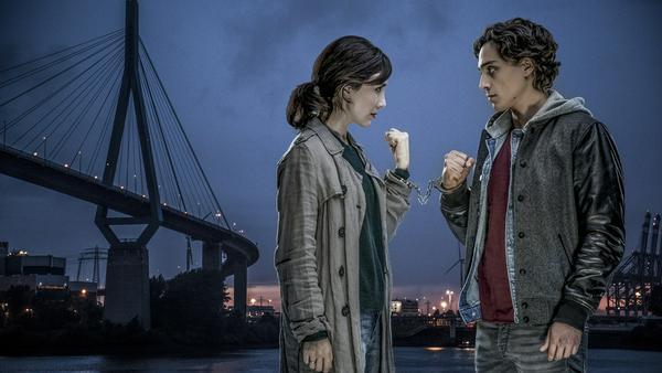 Sibel (Sibel Kekilli) will ihren Bruder Melih (Yasin Boynuince) daran hindern, Unsinn zu treiben