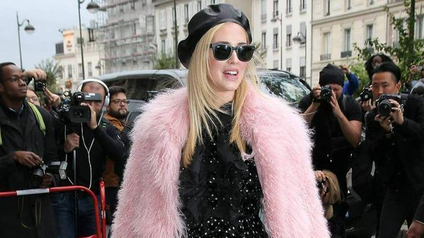 Bloggerin Chiara Ferragni trägt ihren flauschigen Mantel am liebsten in der Farbe Rosa