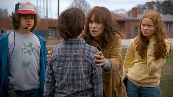 "Winona Ryder mit Gaten Matarazzo, Sadie Sink und Noah Schnapp in ""Stranger Things"""