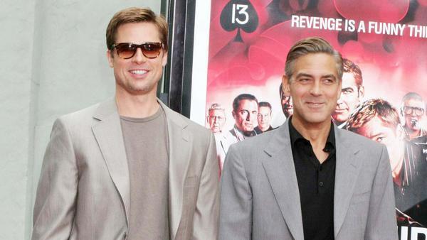 """Brad Pitt (l.) und George Clooney spielten in allen drei Teilen der """"Ocean's""""-Reihe mit"""