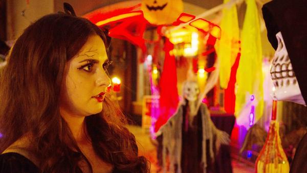 """""""Unter uns"""": Saskia nimmt allen Mut zusammen und nutzt an Halloween die Gelegenheit, um Jakob ihre Liebe zu gestehen"""