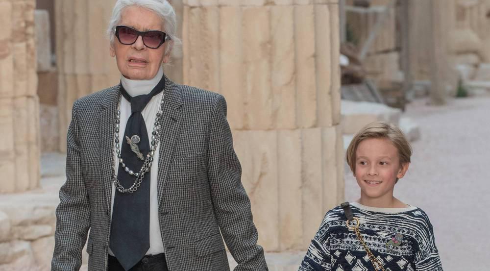Chanel-Chefdesigner Karl Lagerfeld Hand in Hand mit seinem Patenkind Hudson Kroenig