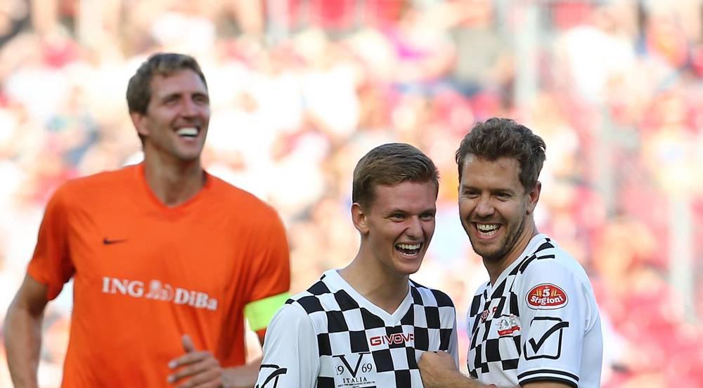 Mick Schumacher (Mitte) mit Sebastian Vettel (r.) und Dirk Nowitzki