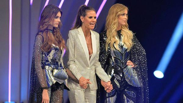 """Heidi Klum (Mitte) mit den beiden Finalistinnen der 12. """"GNTM""""-Staffel"""