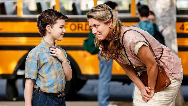 Der junge Sheldon (Iain Armitage) mit seiner Serien-Mama Zoe Perry