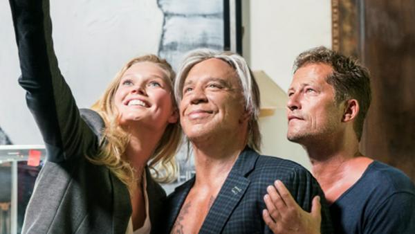 Til Schweiger (r.), Mickey Rourke und Toni Garrn posieren gut gelaunt für ein Selfie
