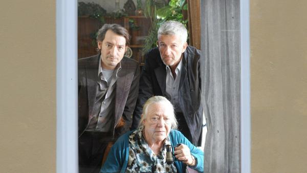 """Tatort: Hitchcock und Frau Wernicke"": Ritter (Dominic Raacke, r.) und Stark (Boris Aljinovic) beobachten mit Frau Wernicke (Barbara Morawiecz) das Hinterhaus"