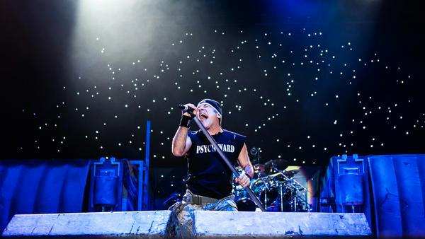 Iron-Maiden-Frontmann Bruce Dickinson bei einem Auftritt in Moskau