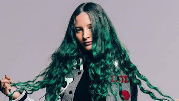 Ihr Markenzeichen: AU/RAs lange, grün gefärbte Mähne